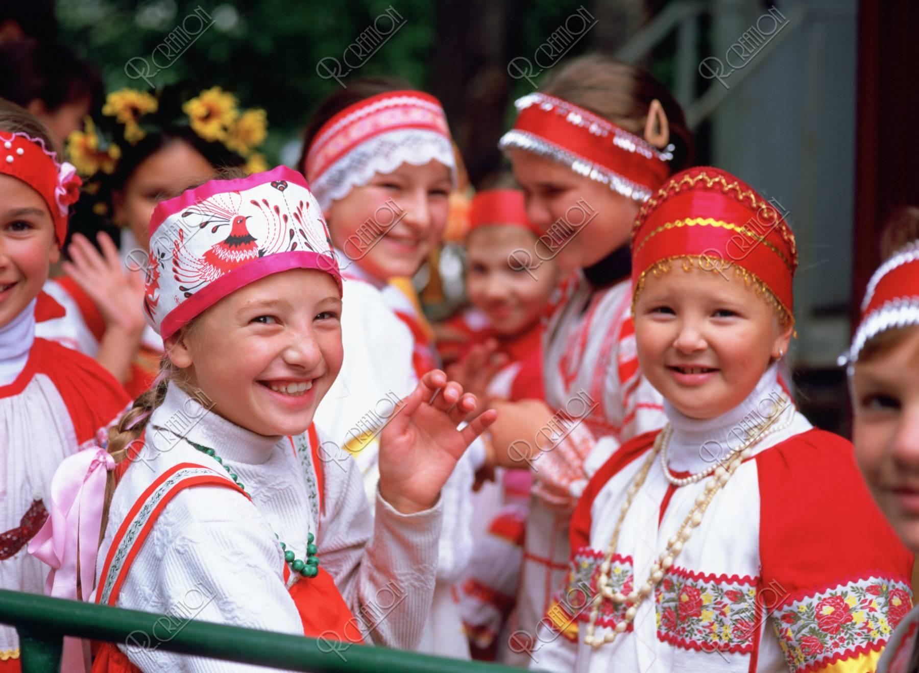 民族衣装の子供達L