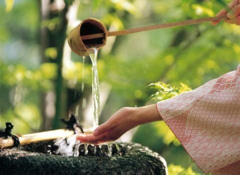 手を洗う和服の女性