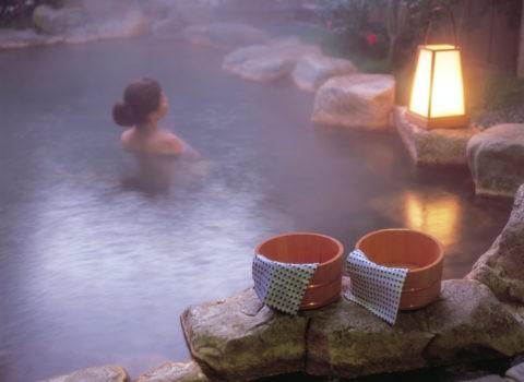 桶と露天風呂の女性