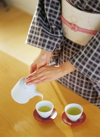 お茶を入れる和服の女性