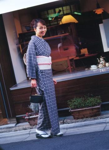 町を歩く和服の女性