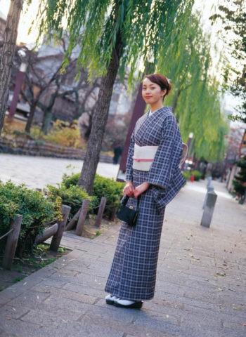 街を歩く和服の女性