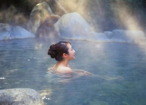 露天風呂の女性