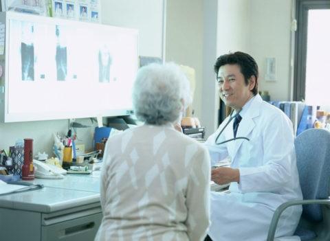 診察中の老人と医師