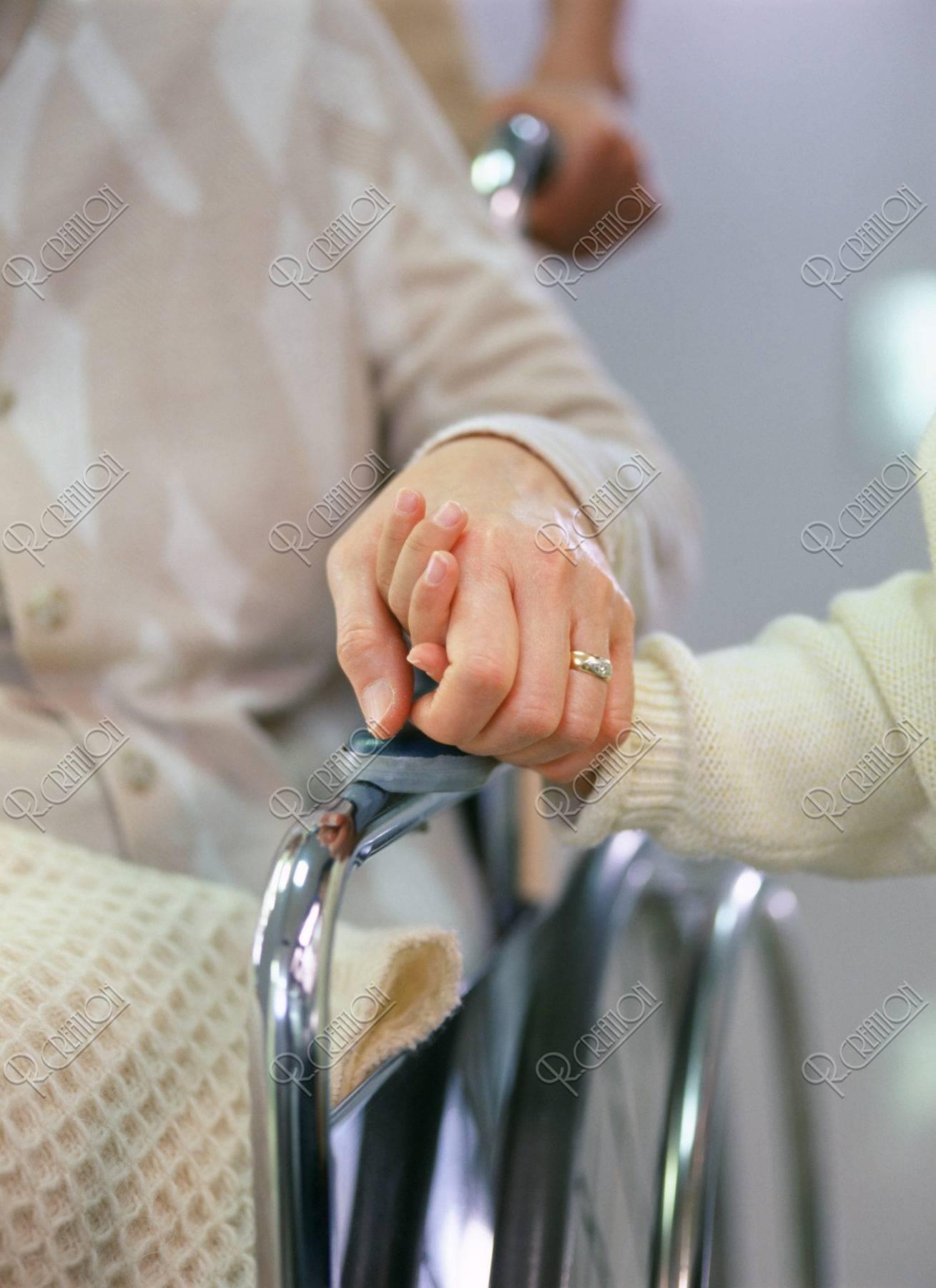 車椅子のお年寄りと孫の手