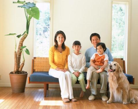 ソファに座るファミリーと犬