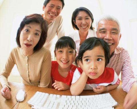 パソコンを見る三世代ファミリー
