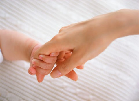 赤ちゃんと母の手