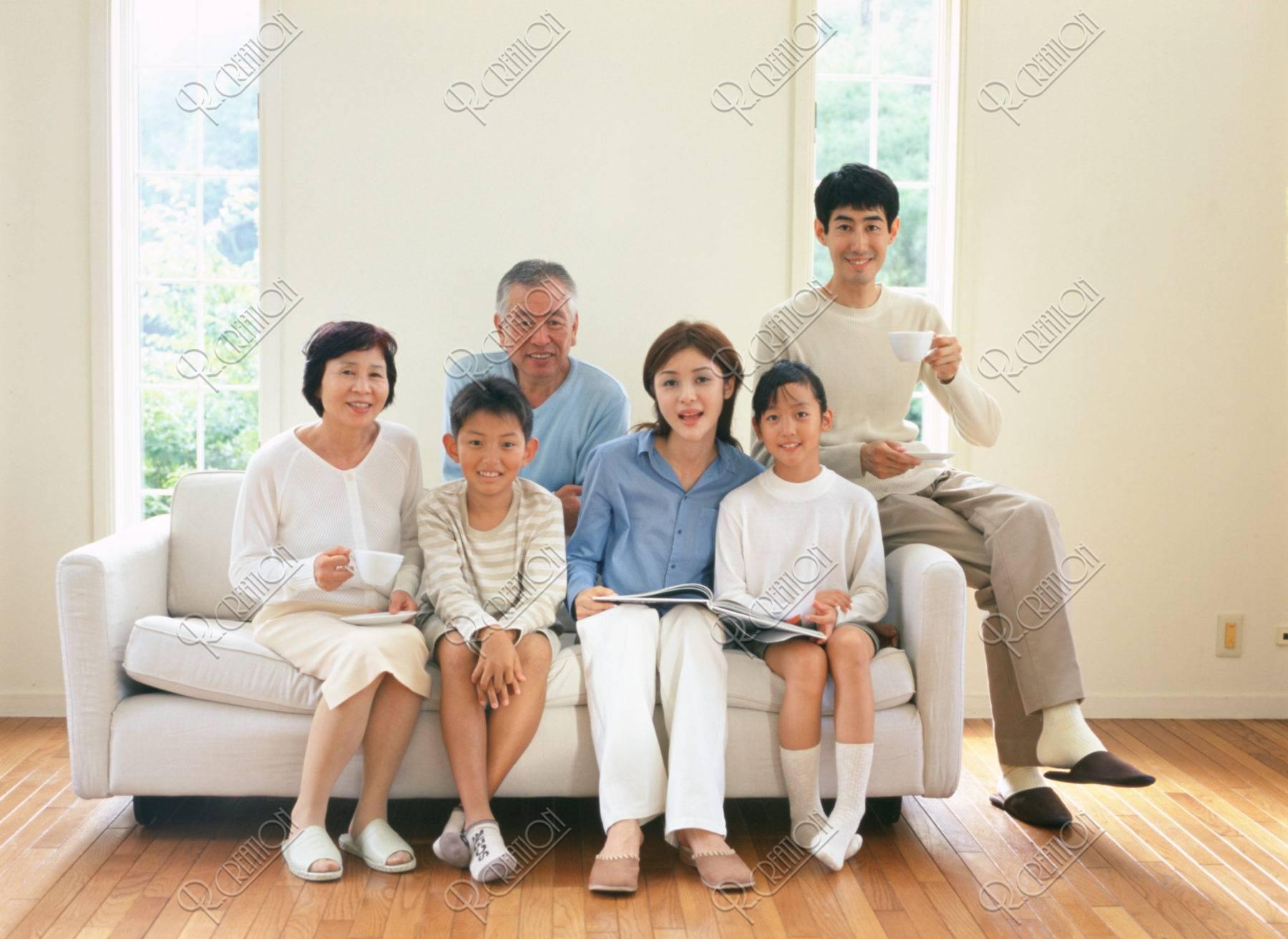 ソファに座る三世代ファミリー