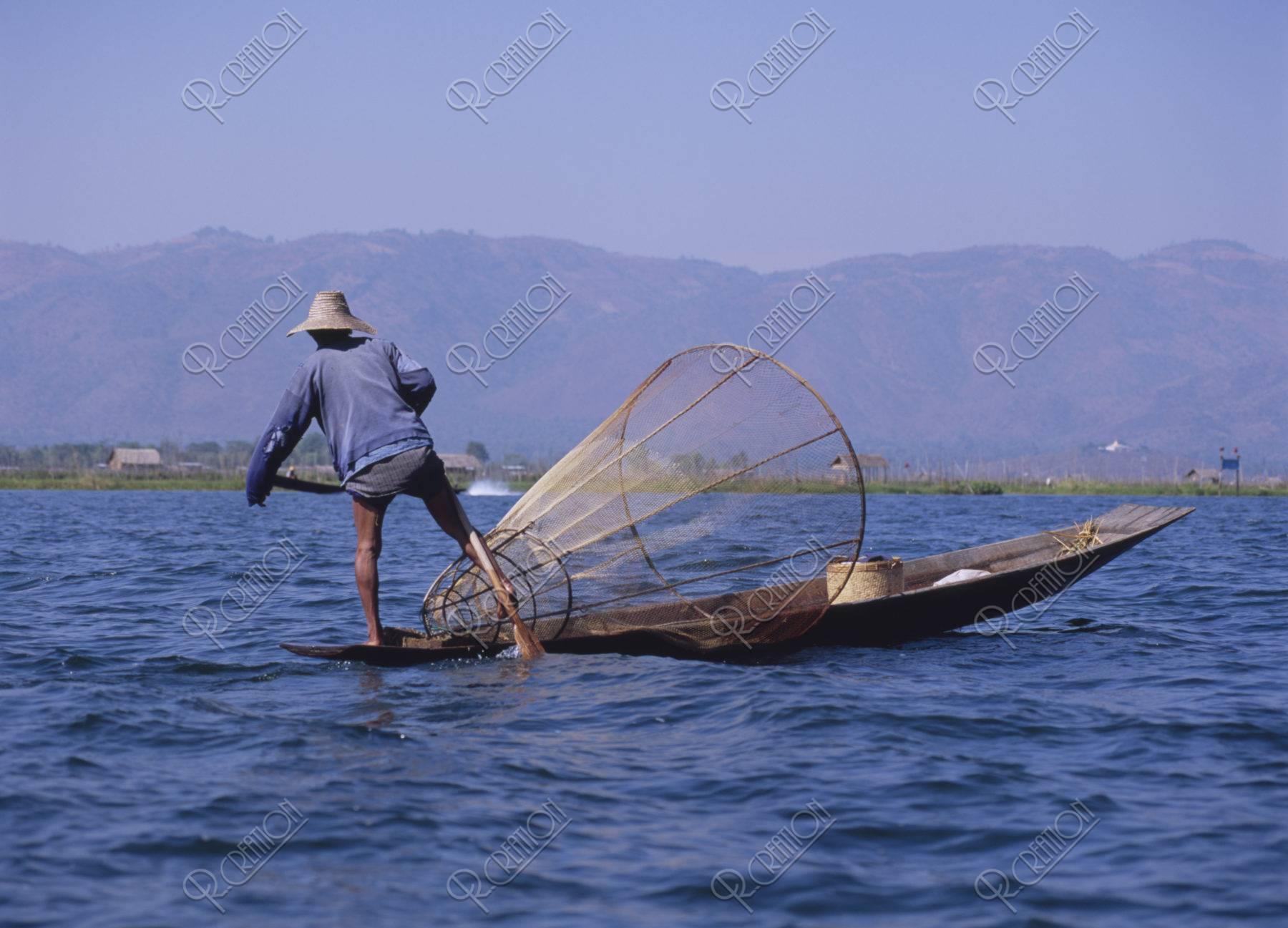 インレー湖 インダー族の漁師
