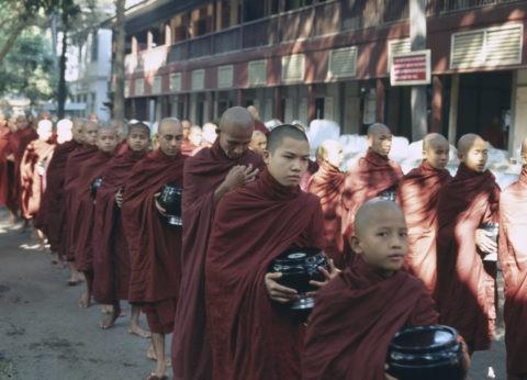 マハーガンダーヨン僧院 僧侶の列