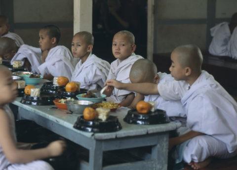 マハーガンダーヨン僧院 食事風景