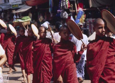 マーケットを歩く僧の列