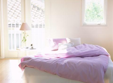 ベッドとスタンドと時計
