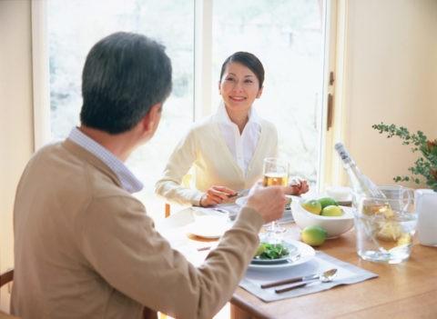 食事中の熟年夫婦