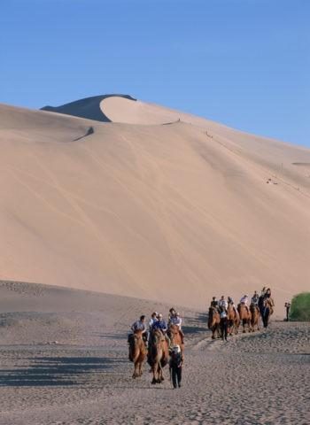 鳴沙山とラクダの列 敦煌