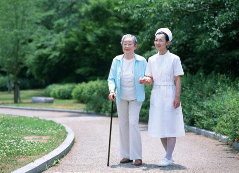 散歩する老婦人と看護婦
