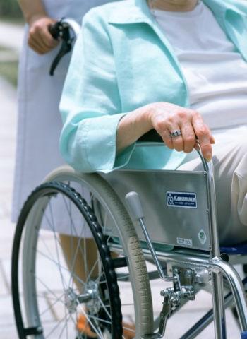 車椅子の老婦人の手