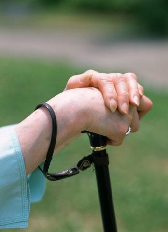 杖をつく老婦人の手
