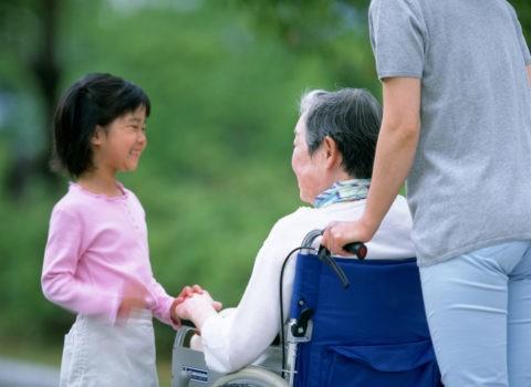 車椅子の祖母と孫