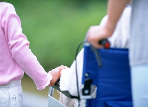 車椅子の祖母と孫の手