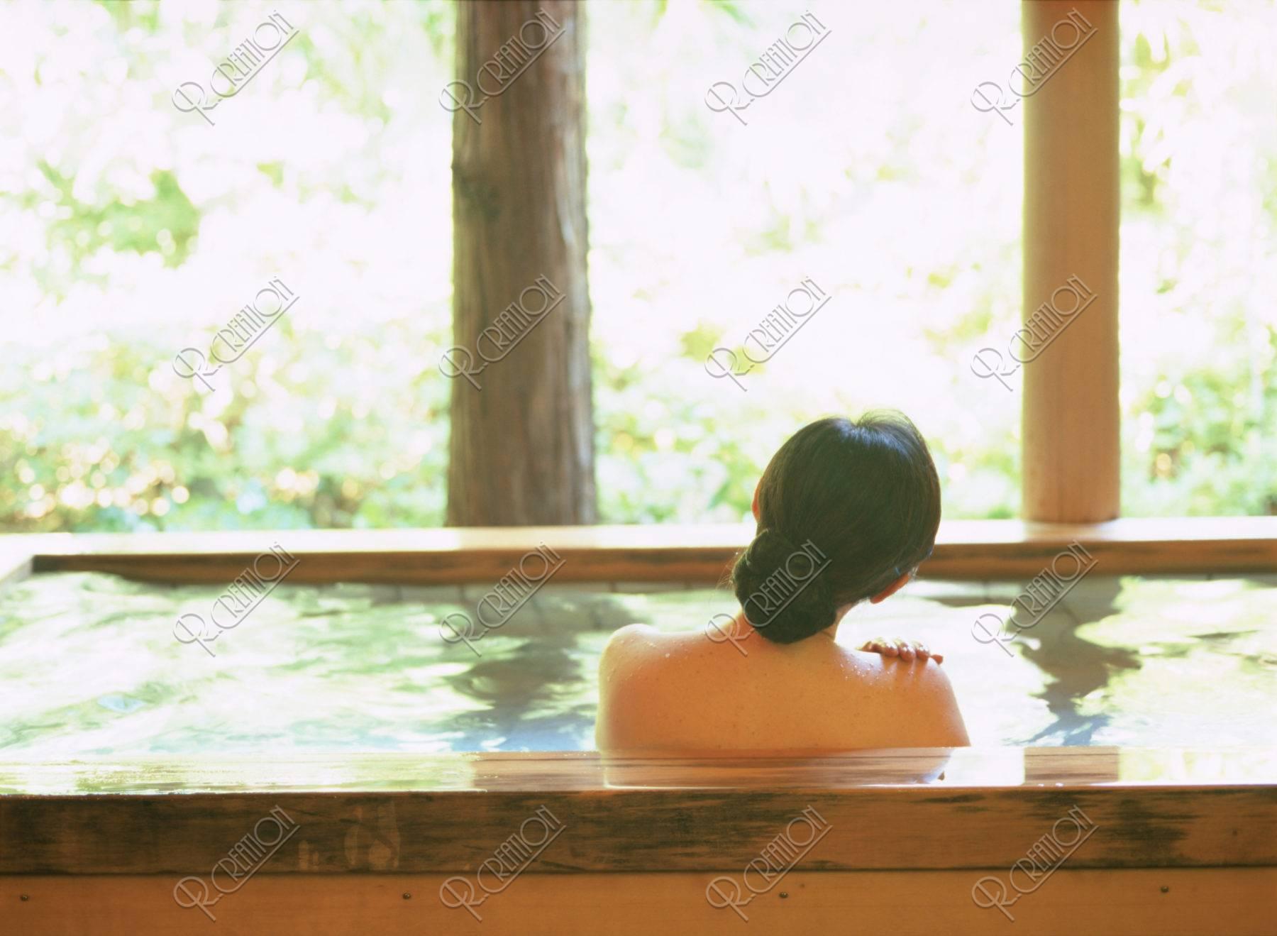 入浴する熟年女性