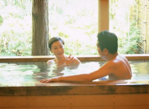 入浴する熟年夫婦
