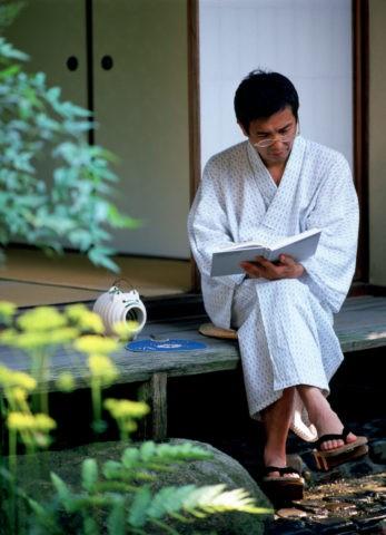 浴衣姿の熟年男性