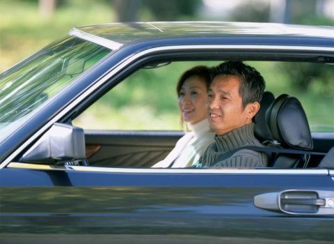 車に乗る熟年カップル