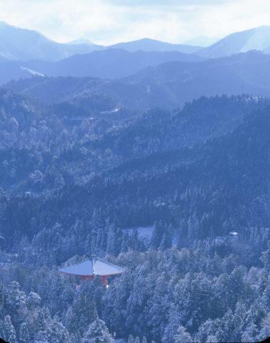 高野山 大塔と雪の山並み W