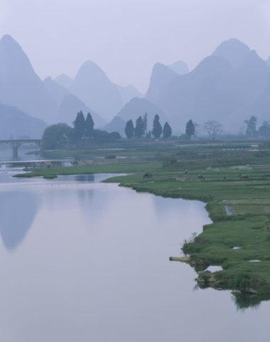 遇竜河と山並み 陽朔