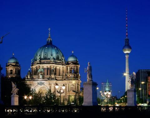 ベルリン大聖堂とテレビ塔 夕景 世界遺産