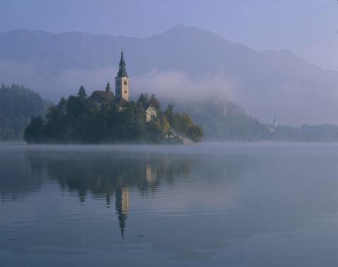 朝もやのブレッド湖と聖マリア教会
