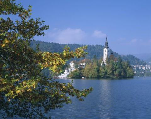 秋のブレッド湖と聖マリア教会