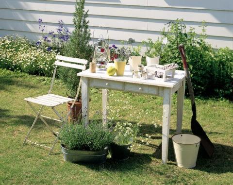 花と白いテーブル