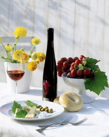 赤ワインとぶどうとオードブル