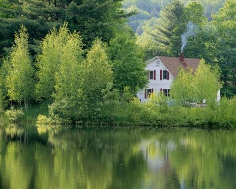 池と白い家