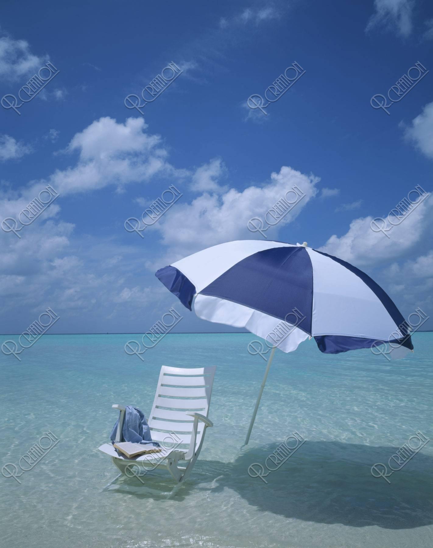 白い椅子とビーチパラソル