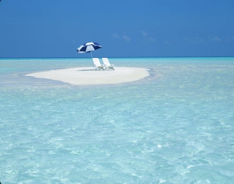 ビーチパラソルと白い椅子
