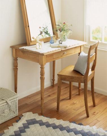 木製の机と鏡