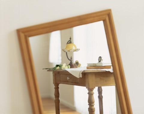 鏡に映った木製の机