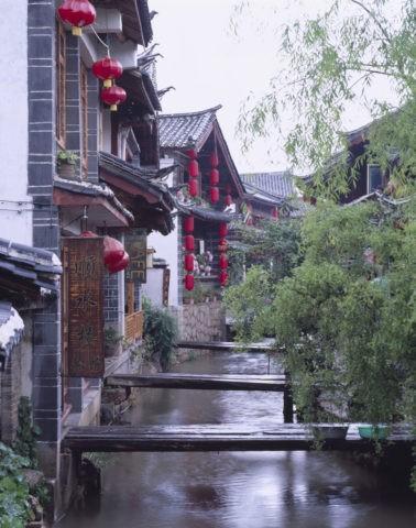 麗江 小川と家並み w