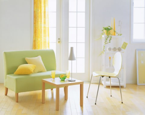グリーンソファーと黄色い椅子