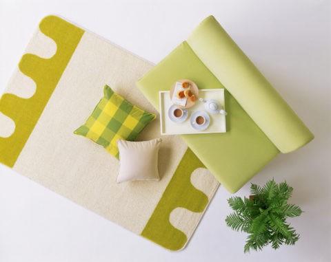 グリーンのソファーとラグマット
