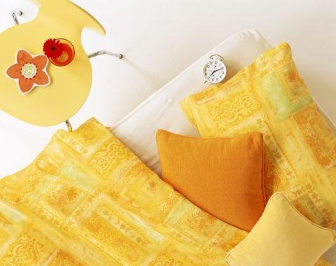 オレンジのベッドと黄色の椅子
