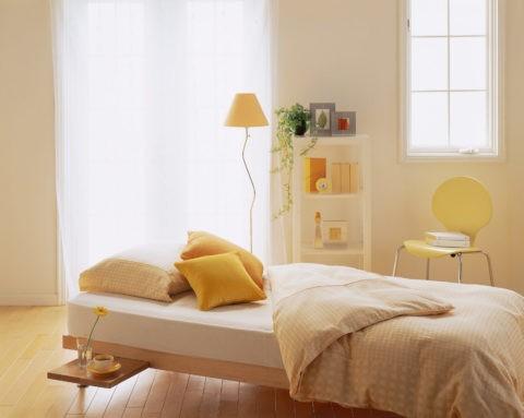 窓辺のベッドとクッション
