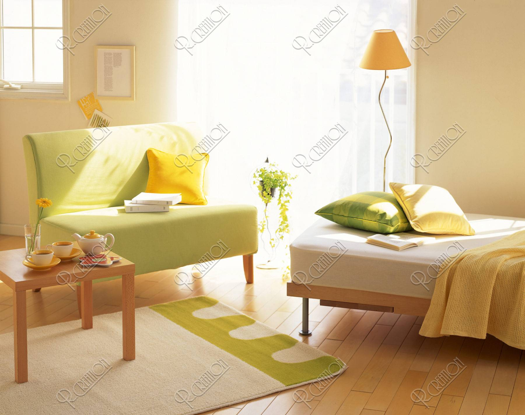 窓辺のグリーンソファーとベッド