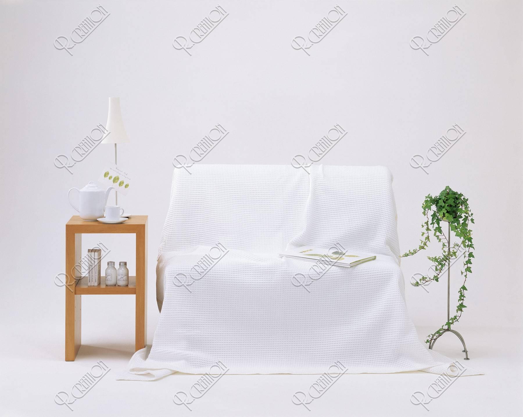 白いソファーとサイドテーブル