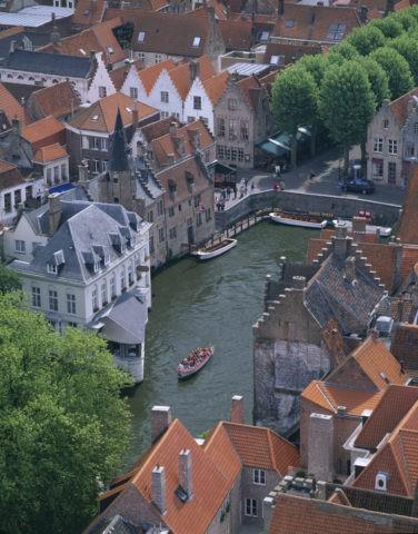 運河観光船と街並