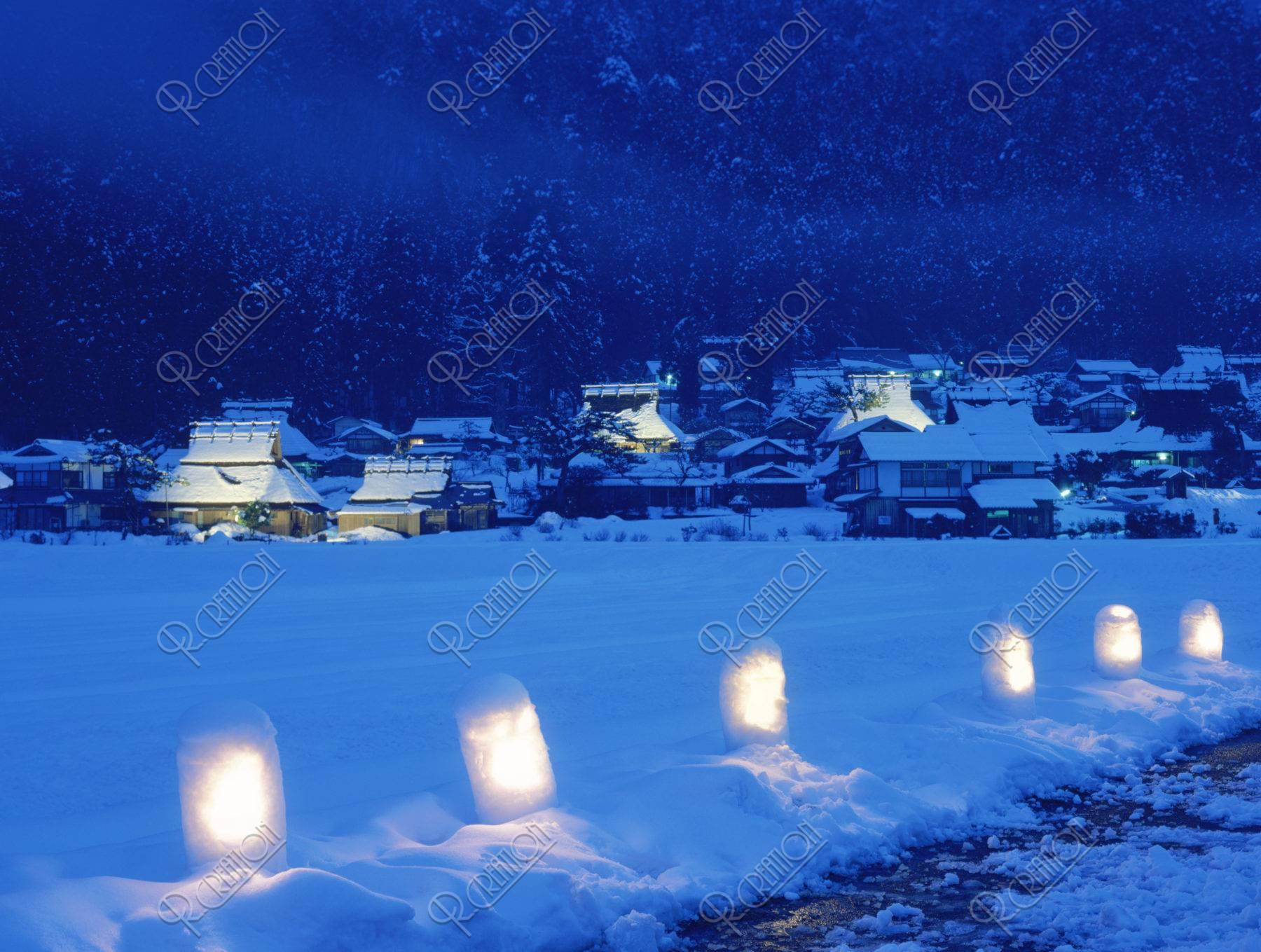 雪の茅葺き民家集落の夜景